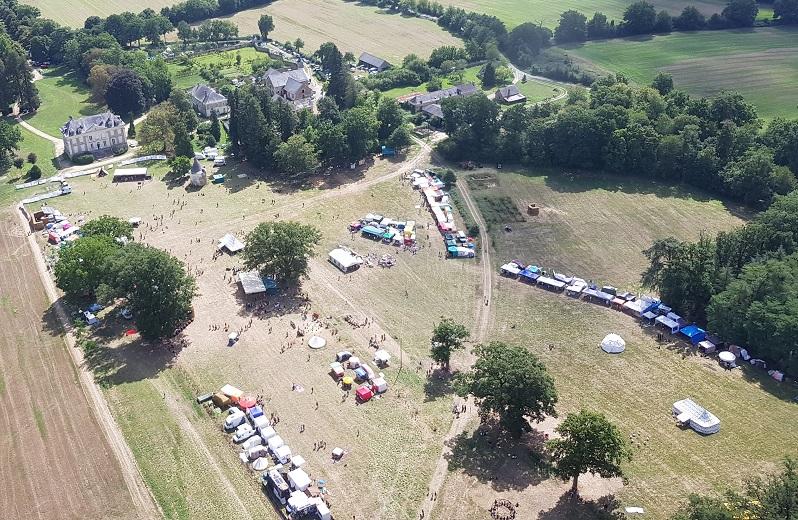 Vue du ciel Festival l'Arbre qui Marche 2017 Château de Danne web